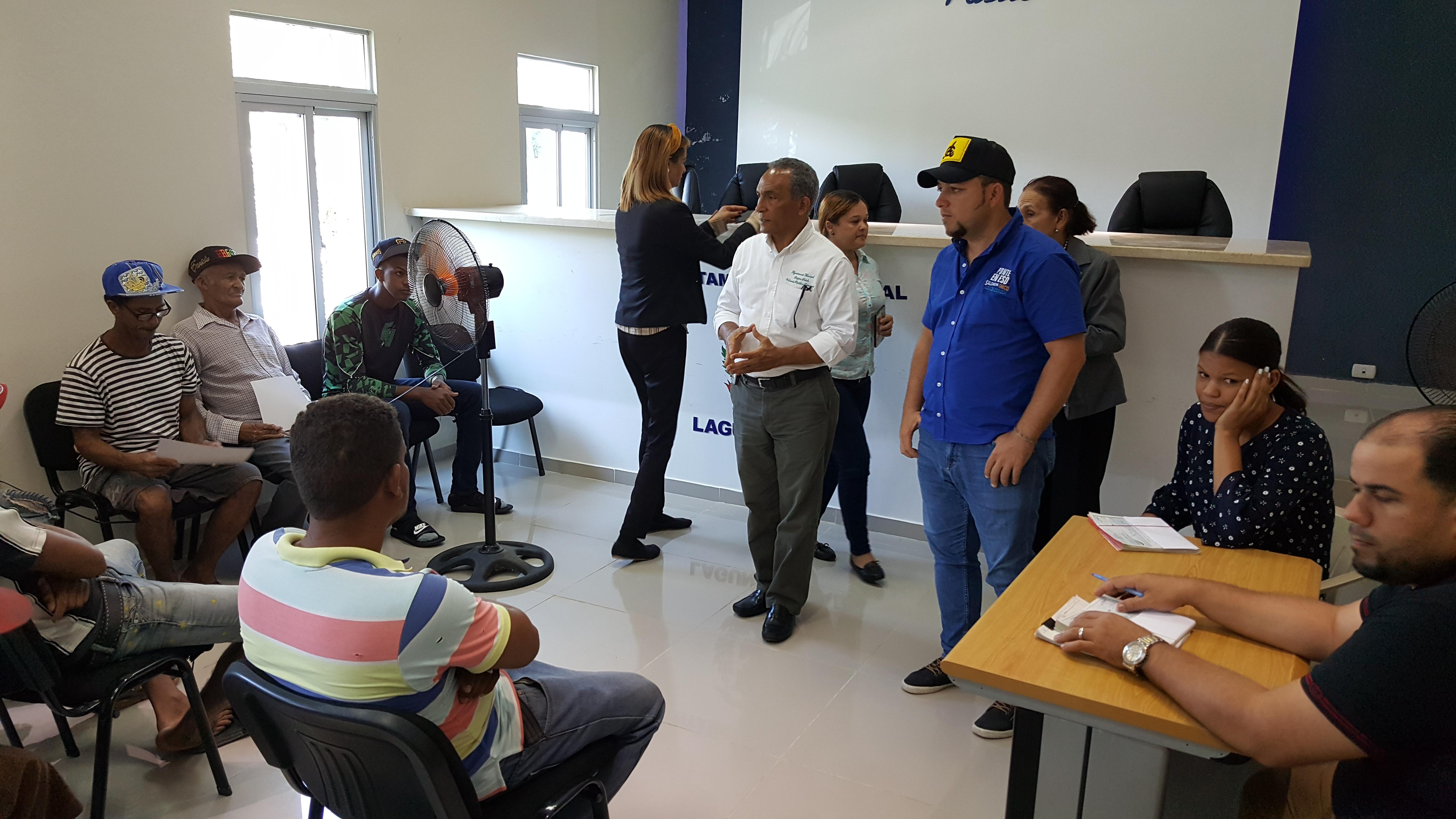 Alcalde de Laguna Salada hace entrega a empleados de Sueldo No. 13.